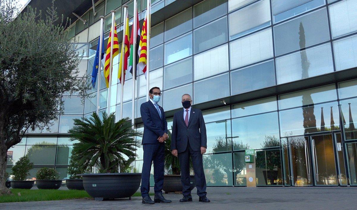 Majid Alfalasi, cónsul general de los Emiratos Árabes Unidos en Barcelona, con el delegado especial del Estado en el CZFB, Pere Navarro.
