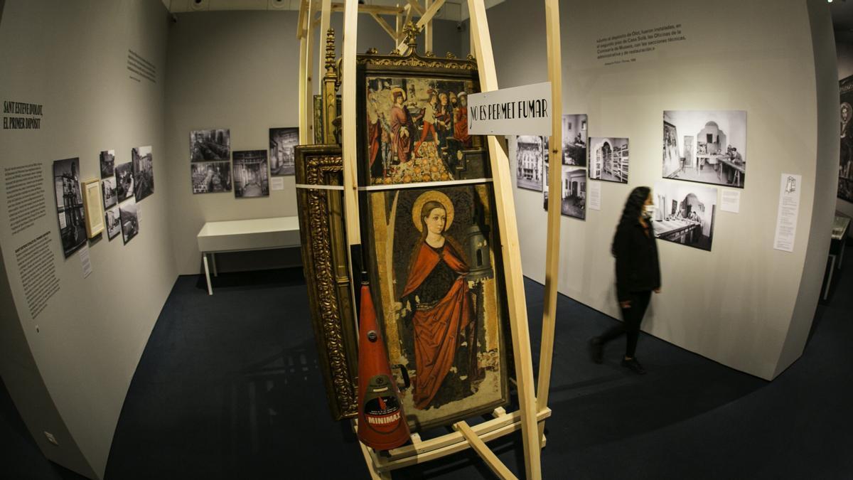Reproducciones de los caballetes de madera, con antiguo extintor incluido, con algunas de las obras reales que fueron evacuadas del Museu D'art de Catalunya en 1936.