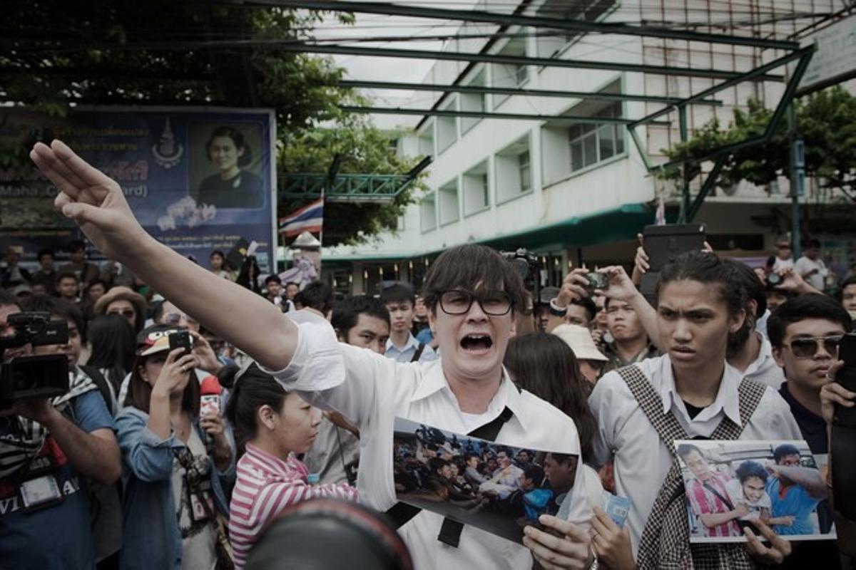 Activistas contrarios al primer ministro se concentran en las calles para protestar por los abusos policiales.