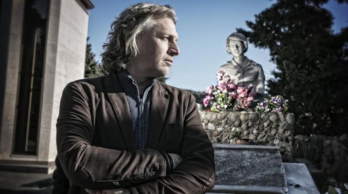 El periodista Edwin Winkels, ante la tumba de la azafataMaribel Sastre, en el cementerio de Montjuïc.