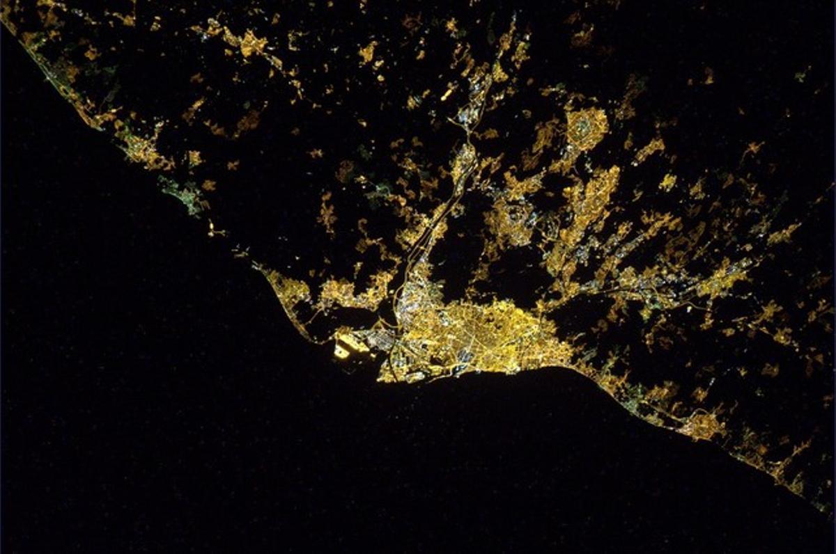 Barcelona, de noche, vista desde la estación internacional.
