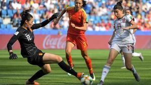 Lucía García intenta superar a la portera china.