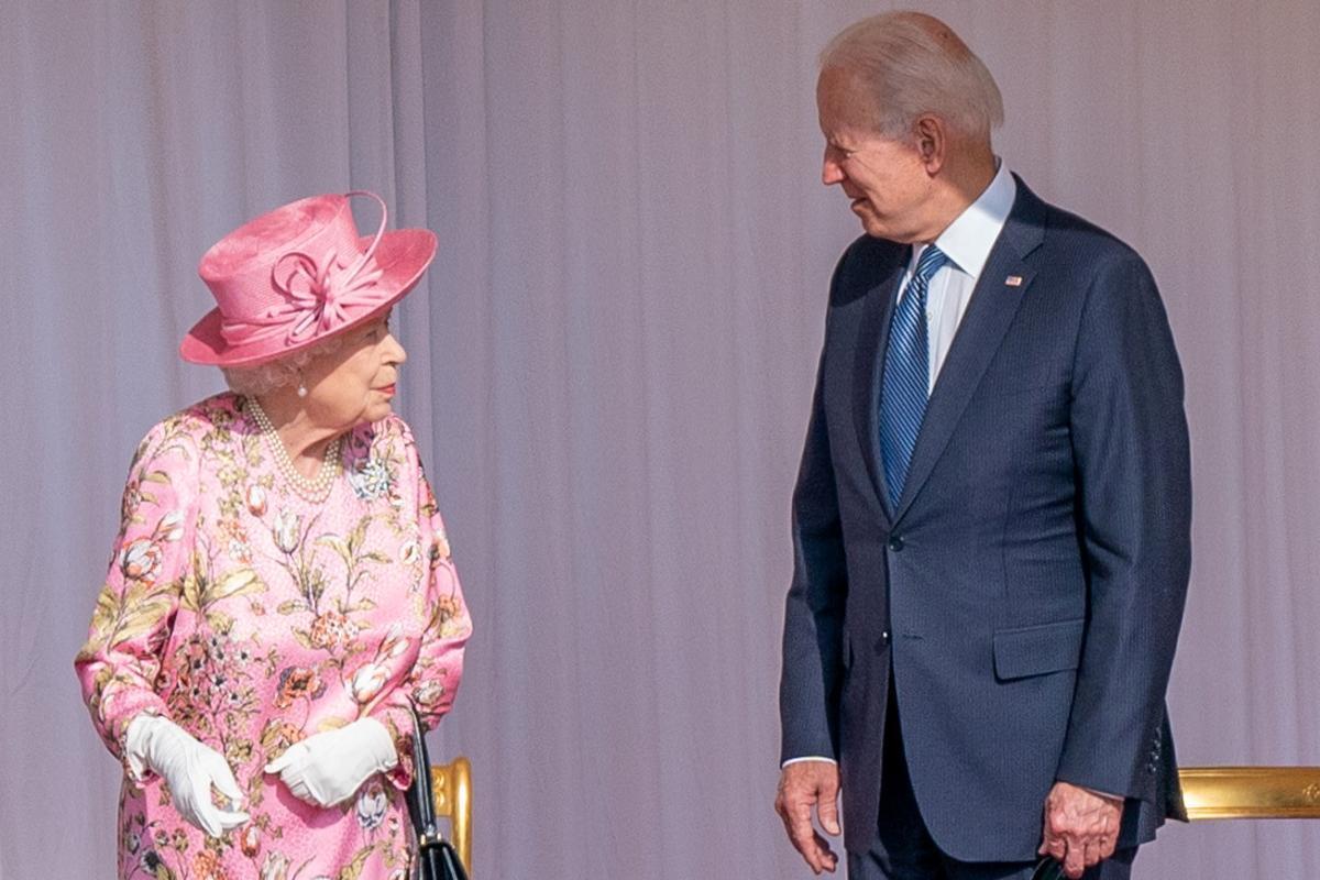 Isabel II y Joe Biden, este domingo en el castillo de Windsor.