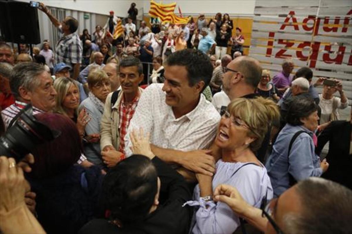 Pedro Sánchez saluda a militantes socialistas en Viladecans.