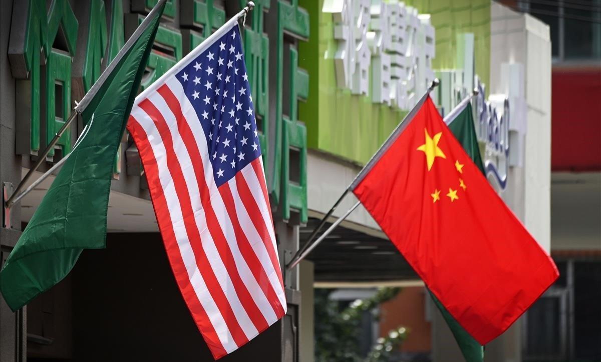 Banderas de EEUU y China.