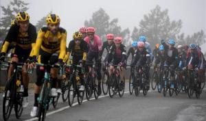 El pelotón de la Vuelta, en un día gris, camino de la Covatilla.