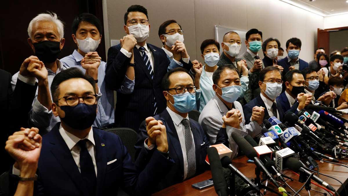 Una nueva normativa china provoca la destitución de cuatro diputados opositores de Hong Kong.