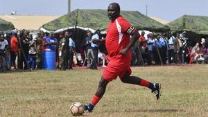 El nuevo presidente de Liberia, el exfutbolista George Weah, disputa un partido en Monrovia días antes de la toma de posesión.