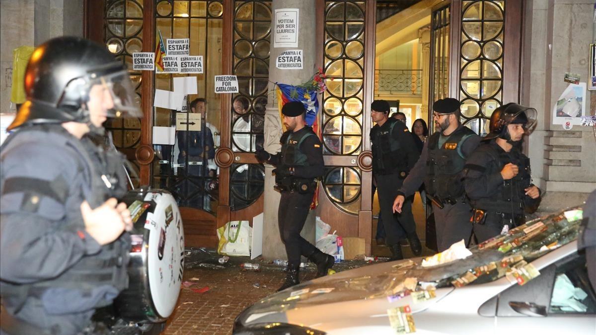 Los agentes de la Guardia Civil salen de la Conselleria de Economia, esta madrugada.