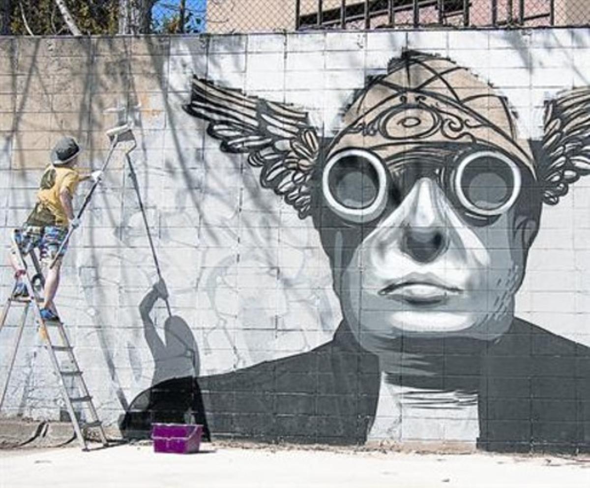 El artista mural SM172 decora una de las paredes del aparcamiento.