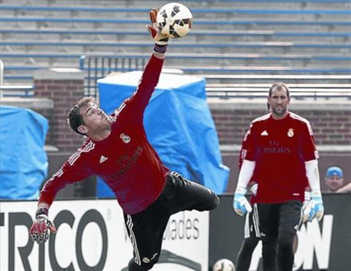 Casillas vuela ante Diego López para detener un balón en un entrenamiento del Madrid, la semana pasada en EEUU.