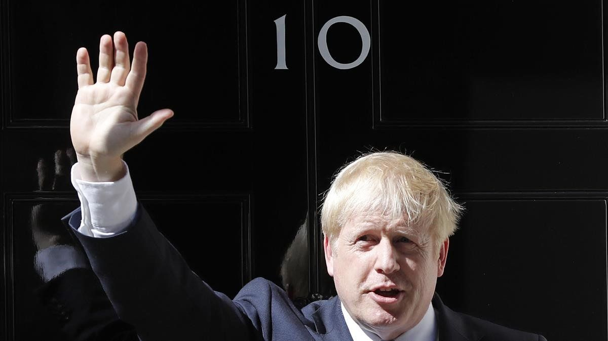 Boris Johnson frente al10 de Downing Street.