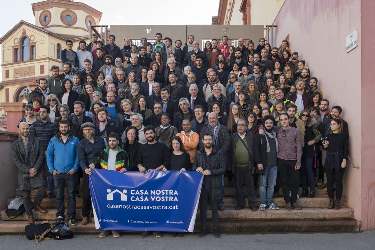 Activistas de la campaña 'Casa Nostra, Casa Vostra', en su presentación en el Teatre Lliure de Montjuïc, en Barcelona, este martes.