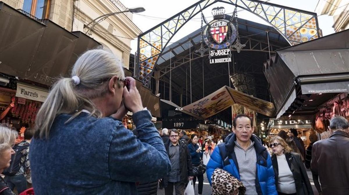 Grupos de turistas, en el mercado de La Boqueria.