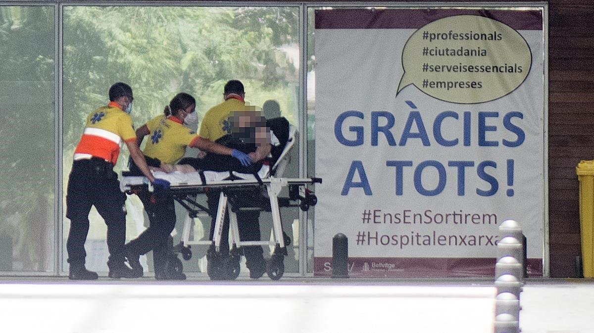 Personal de emergencias traslada a un paciente en la zona de urgencias del Hospital de Bellvitge, el pasado 21 de agosto.