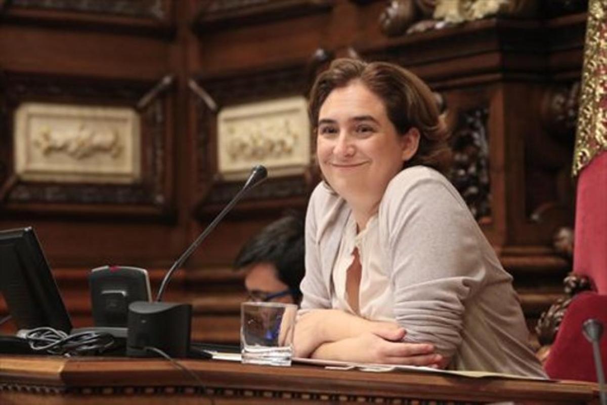 La alcaldesa de Barcelona preside el primer pleno, el viernes.