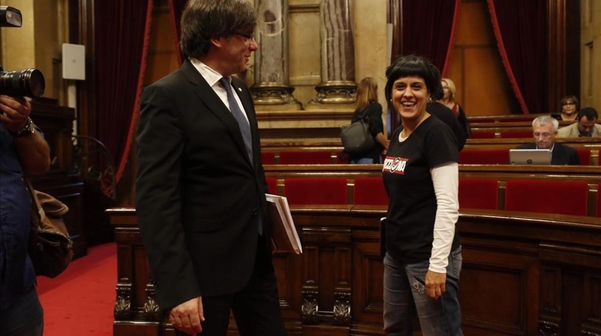 El 'president' Carles Puigdemont y la diputada de la CUP Anna Gabriel, en el Parlament.