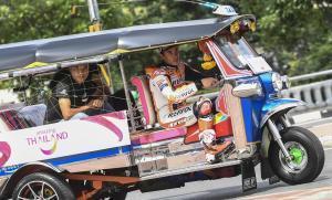 Marc Márquez, conduciendo hoy en típico taxi por las calles de Bangkok.
