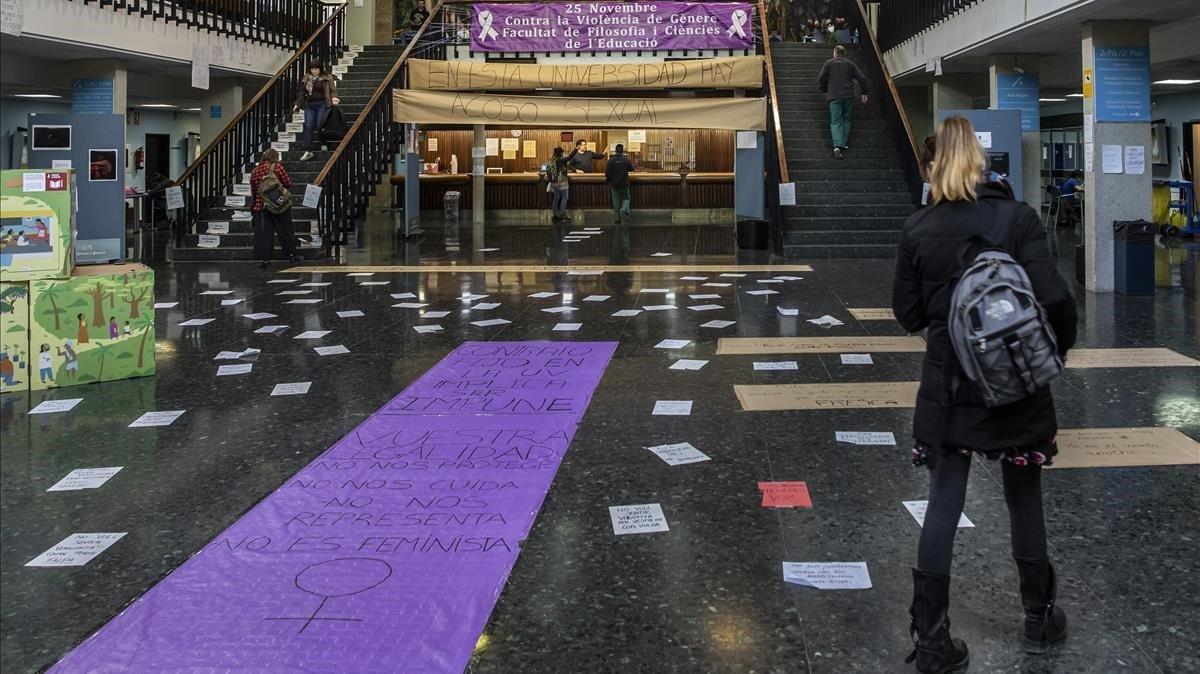 El 'hall' de la Facultad de Filosofía y Ciencias de la Educación de la Universitat de València, repleto de carteles contra el machismo.