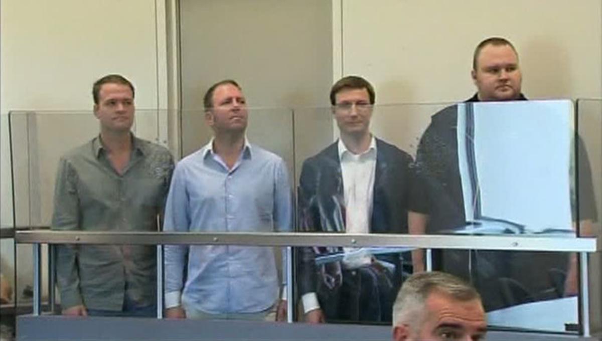 De izquierda a derecha, Bram van der Kolk, Finn Batato, Mathias Ortmann y Kim Dotcom, el pasado 20 de enero en Auckland, en su primera comparecencia judicial tras ser detenidos.