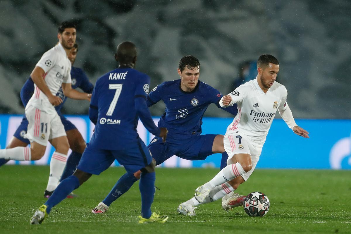 El madridista Eden Hazard (d) intenta desbordar durante el partido de ida ante el Chelsea.