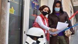 Una familia se disfraza de personajes de 'La guerra de las galaxias' para participar en el juego.