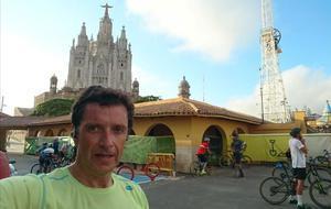 Víctor Pérez, a su llegada al Tibidabo, por donde pasa la ruta que realiza como 'runner'.