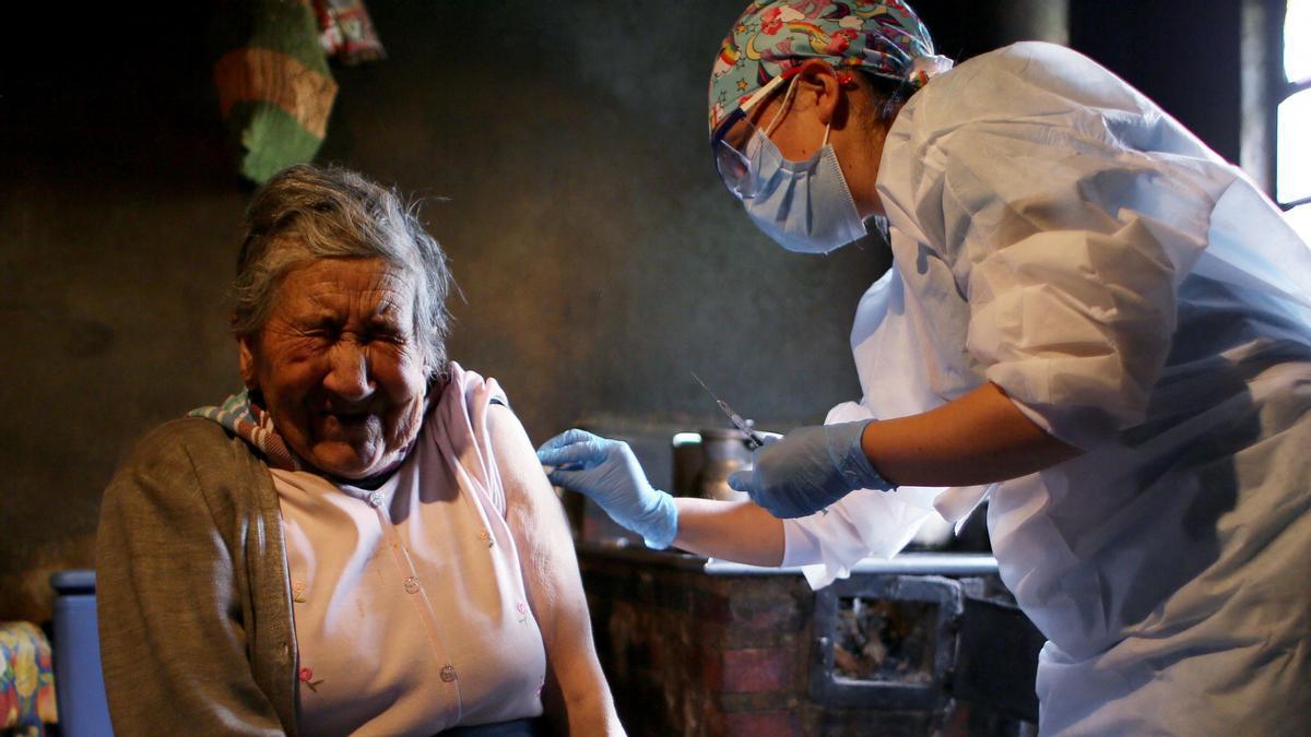 Ana Lucía Palacios recibe una dosis de la vacuna de Sinovac en su casa en Sumapaz, una zona rural del distrito de Bogotá, en Colombia.