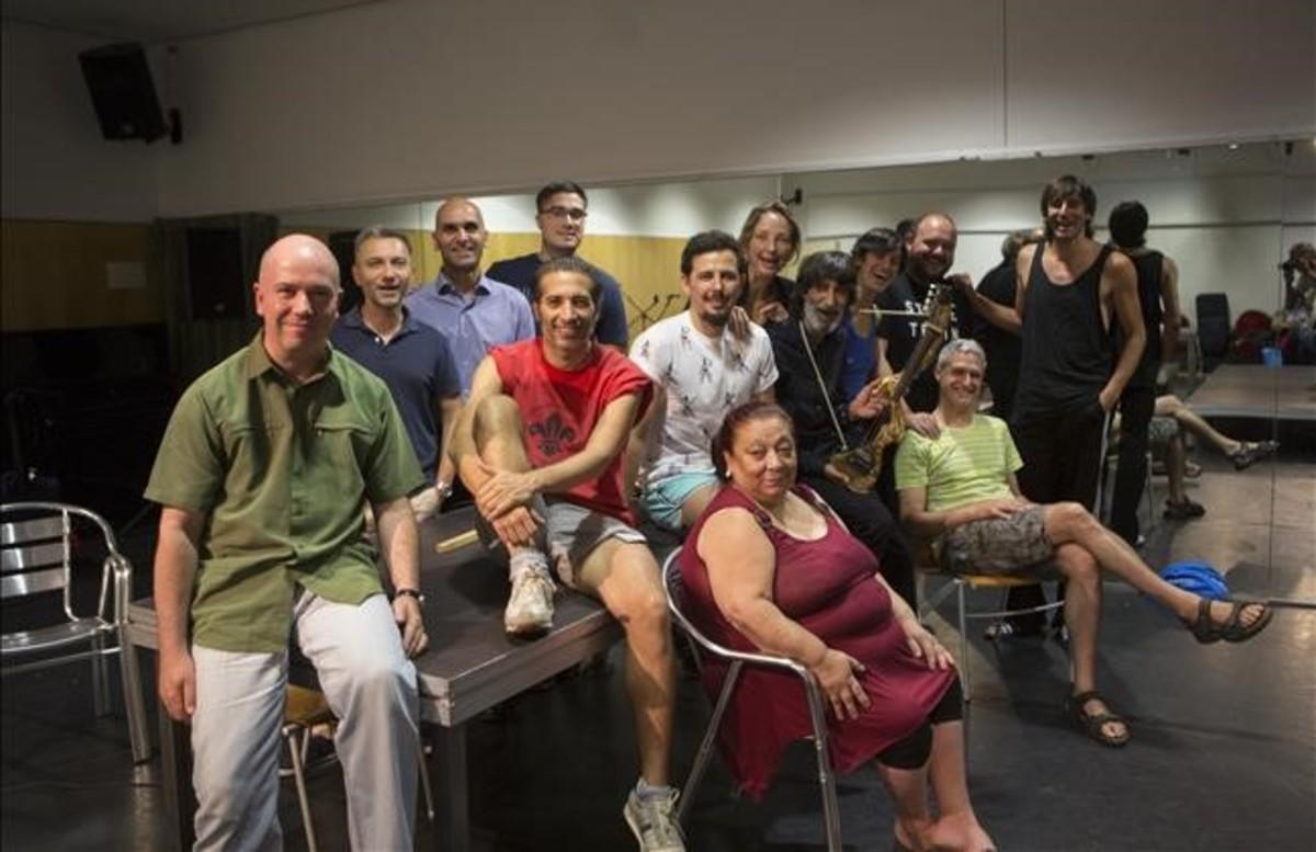 El equipo al completo de 'La Fiesta', con Galván en el centro (con camiseta roja).