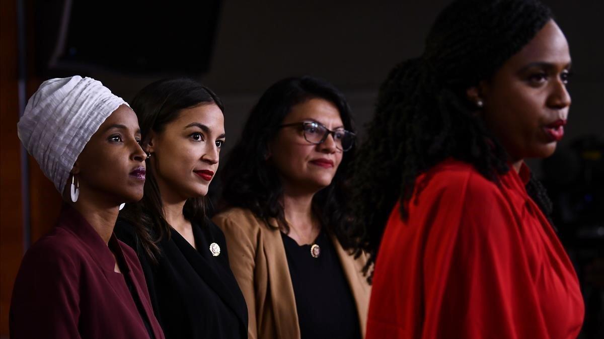 Ayanna Pressley habla ante la mirada deIlhan Omar, Alexandria Ocasio-Cortez y Rashida Tlaib, en una rueda de prensa en julio del 2019.