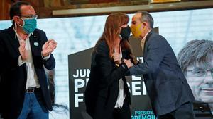 La candidata de JxCat a la presidencia de la Generalitat  Laura Borras  y los exconsellers Josep Rull (i) y Jordi Turull (d)  durante el acto de campana celebrado este viernes en Reus.