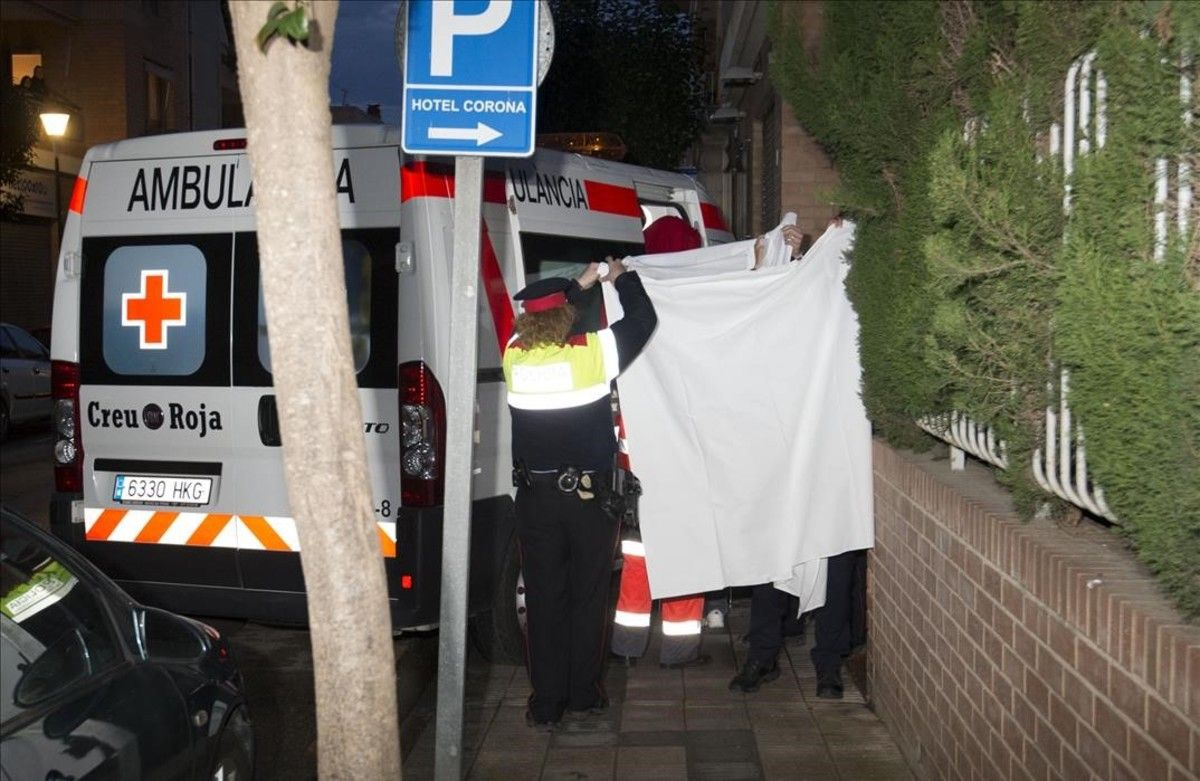 Unos mossos acompañana uno de los heridos en el accidente de autocarhasta el Hotel Corona tras recibir el alta hospitalaria.