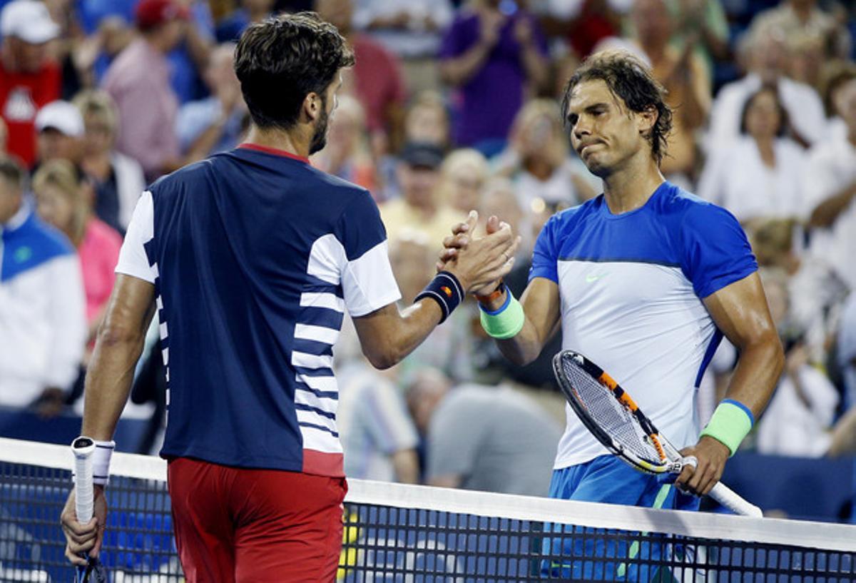 Rafa Nadal y Feliciano López se saludan tras el partido que ha ganado este último, en Cincinnati.