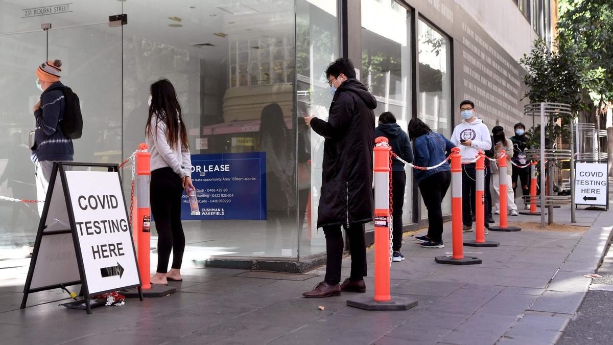 Ciudadanos australianos haciendo cola para realizarse un test Covid-19 en Melbourne, el 12 de mayo del 2021.