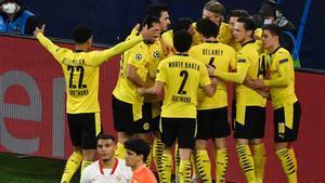 Los jugadores del Dortmund celebran el 1-0 ante la desolación sevillista.