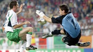 Robbie Keane, frente a Casillas en el partido que enfrentó a Irlanda con España en el Mundial de Corea del 2002.