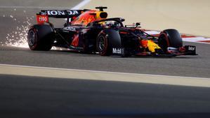 Verstappen, en acción, con  su Red Bull en el circuito de Sakhir