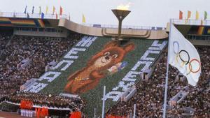 El osito Misha, mascota de los Juegos Olímpicos de Moscú de 1980, en el estadio Lenin, el 19 de julio, día en que se inauguró la competición deportiva.