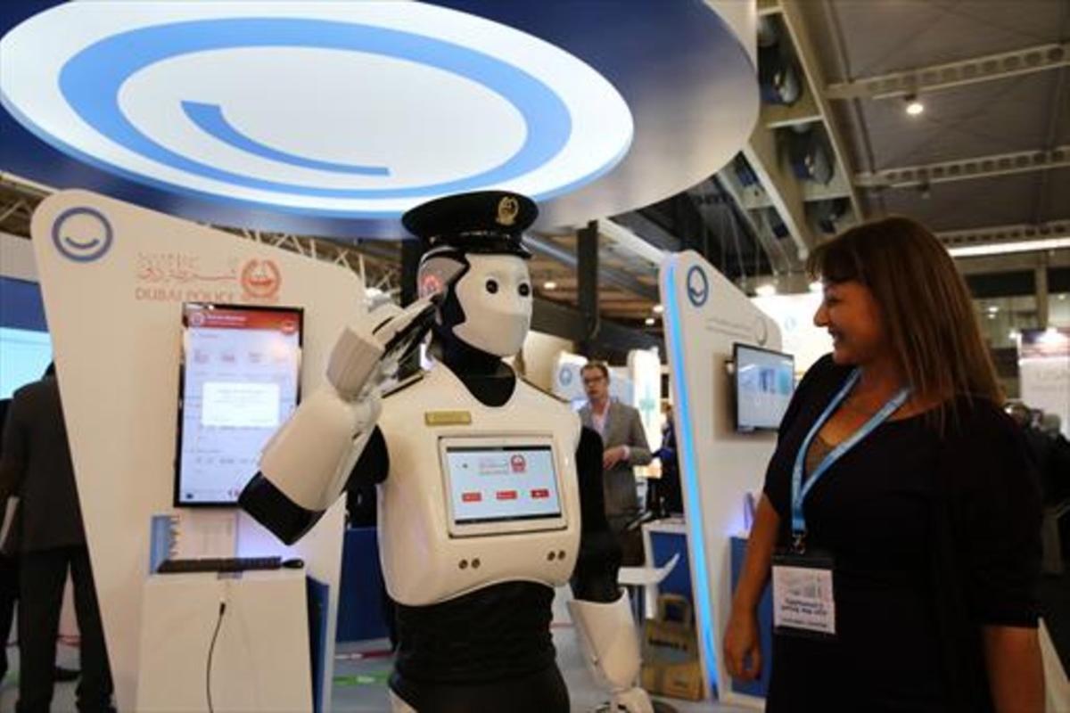 INNOVACIÓN.Robot policía en el estand de Dubái de la feria Smart City Expo. El emirato implantará estos robots en el 2017.
