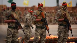 Imagen de archivo de tres milicianos de las guerrillas kurdas en Siria.