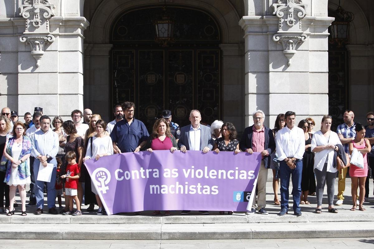 Los miembros del Ayuntamiento de A Coruña durante el minuto de silencio convocadopara condenar el asesinato de una mujer a manos de su yerno.