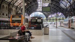 La estación de França de Barcelona, con la cubierta en la que se distinguen los huecos de las planchas caídas