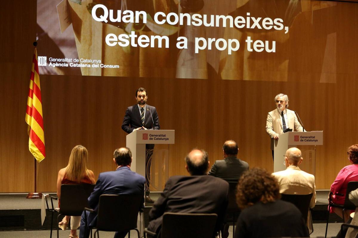 El conseller d'Empresa i Treball, Roger Torrent, con el director de l'Agència Catalana del Consum, Francesc Sutrias, durante la presentación de la campaña
