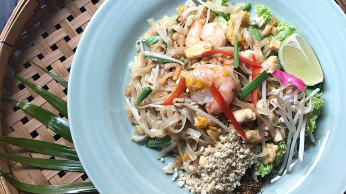 Pad Thai con tofu, pollo y langostino