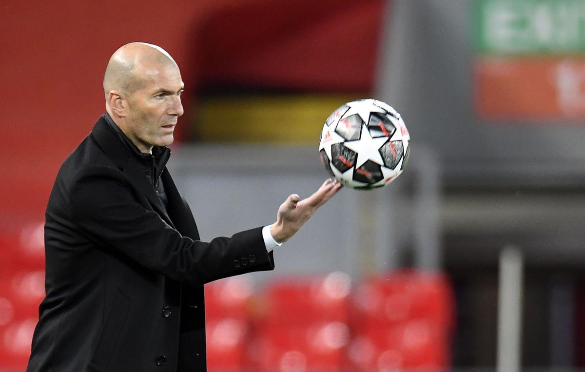 Zidane controla el balón en Anfield durante el Liverpool-Madrid.