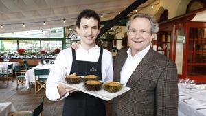Luis Vinyes y su padre, Lluis Vinyes, en su restaurante, La Venta, con erizos.