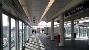 Interior de la estación de metro de Zona Franca, la primera elevada de la ciudad, que se inaugura este sábado 1 de febrero.