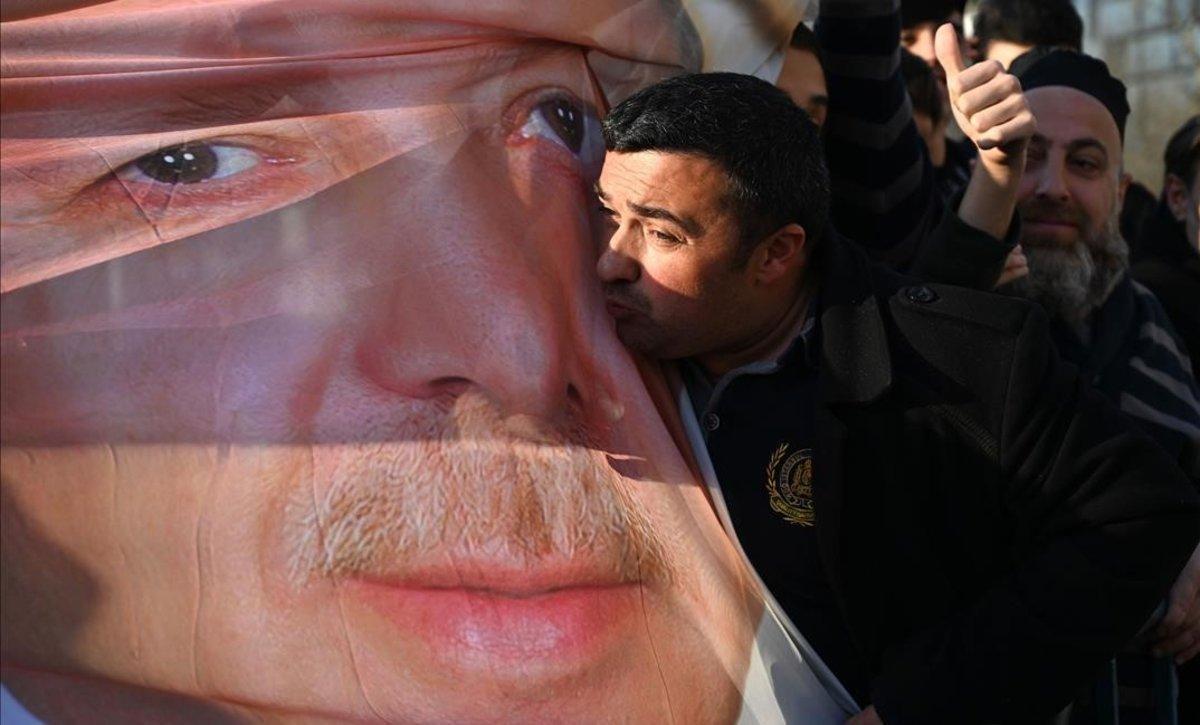 Un simpatizante de Erdogan besa una foto con la imagen del mandatario turco, en Estambul.