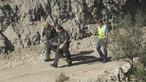 Especialistas en explosivos y materiales de naturaleza nuclear, radiológica, biológica retiran uno de los objetos hallados en Murcia, el lunes pasado.
