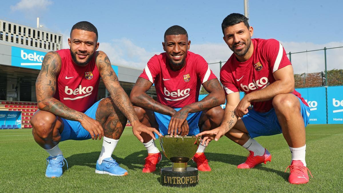 Memphis, Emerson y Agüero posan con el trofeo Joan Gamper.